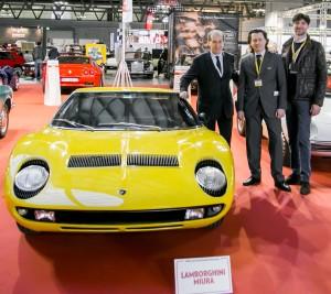 Fabio Lamborghini, Gabriele Manservisi e Massimiliano Bristot a fianco di una Miura appena cinquantenne